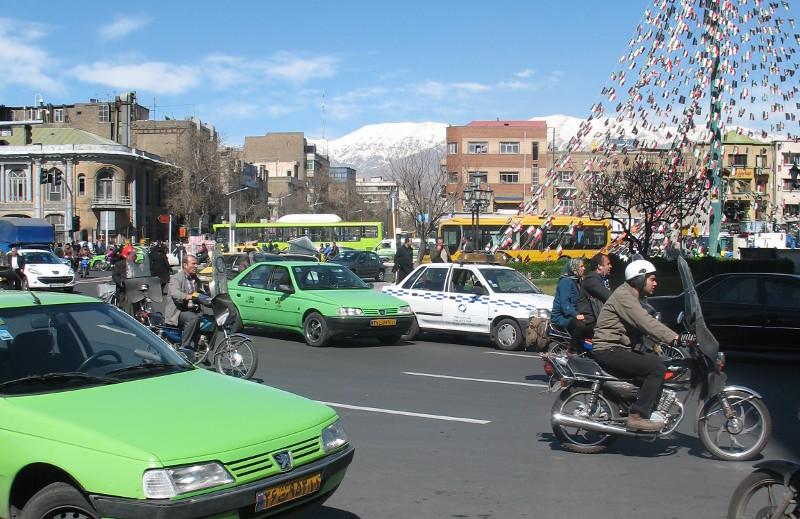 Ulica w Teheranie, w tle góry
