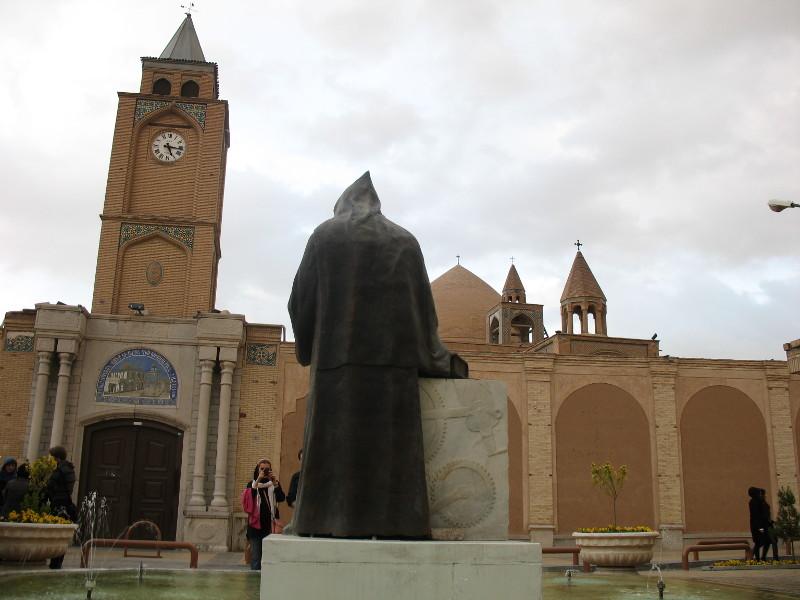 Jalfa, ormiańska dzielnica w Esfahanie, pomnik biskupa i kościół w tle